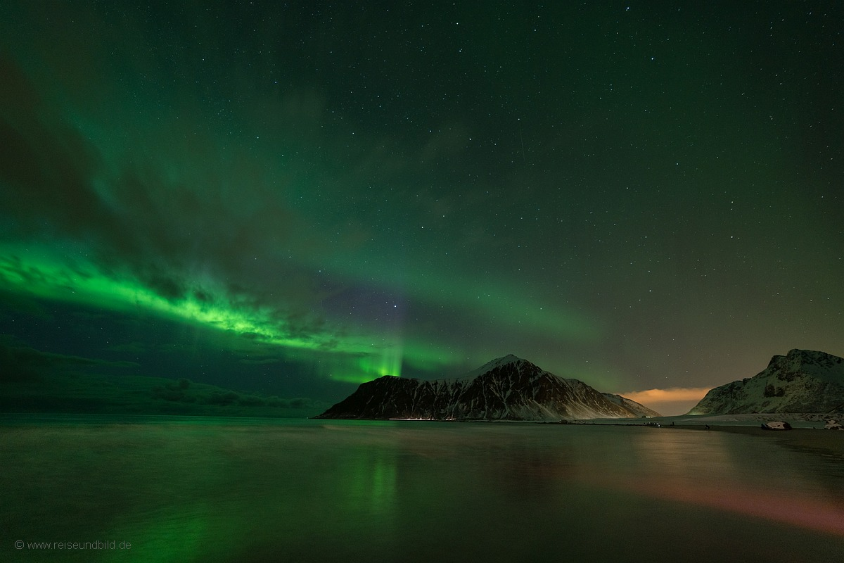 Strand mit Spiegelung Polarlicht Lofoten Norwegen 3