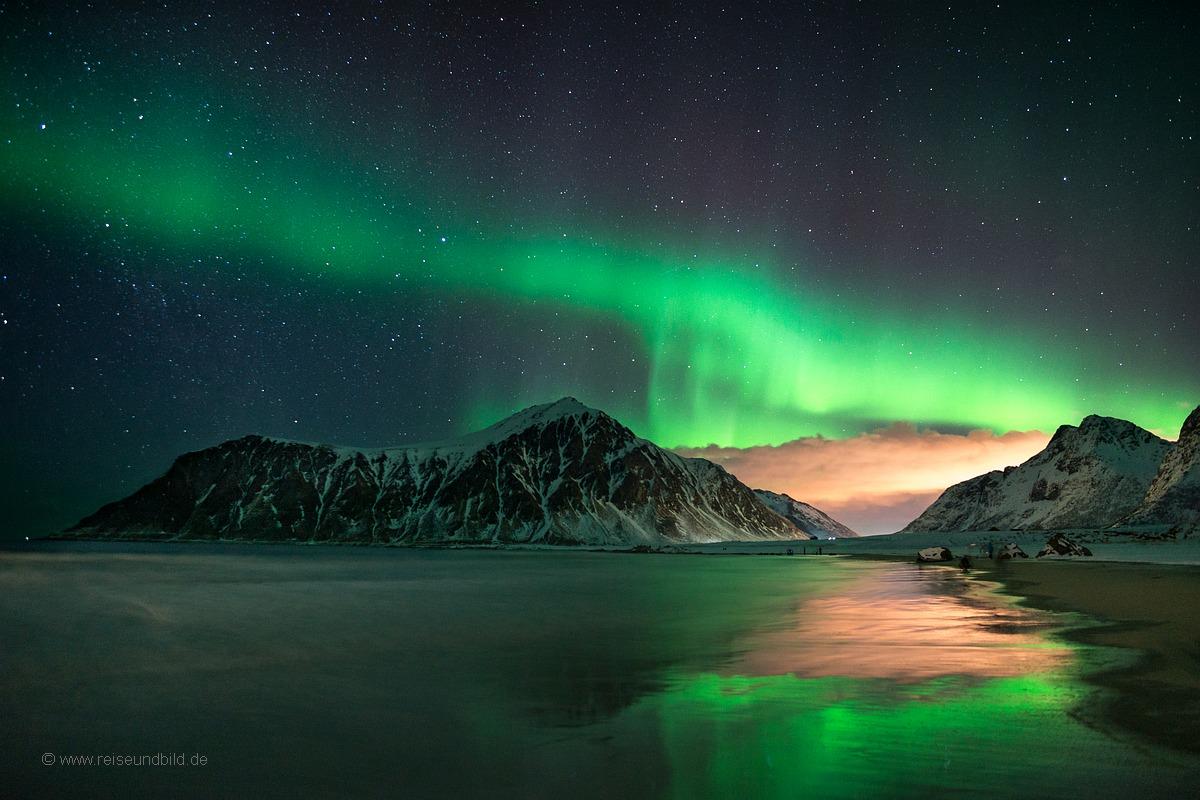 Strand mit Spiegelung Polarlicht Lofoten 2